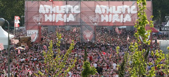 Aficionados del Athletic de Bilbao en la carpa de Madrid Río.
