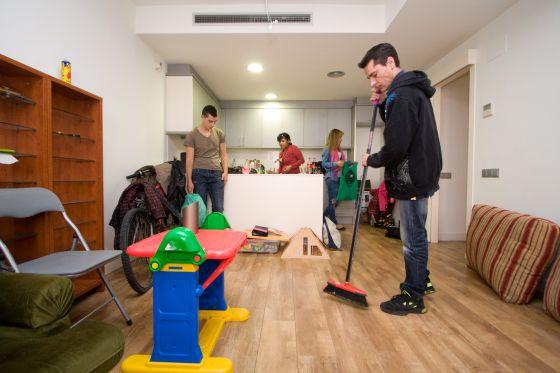 El banco malo pide el desalojo de un edificio con familias for Pisos banco sabadell