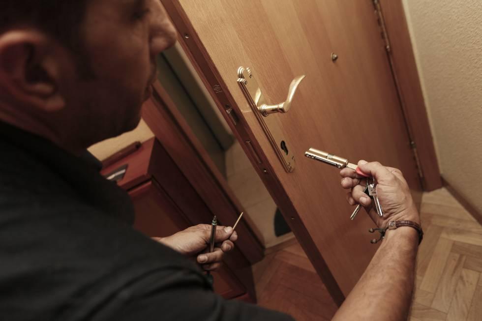 los cerrajeros y la policía alertan del incremento de robos en pisos en este año